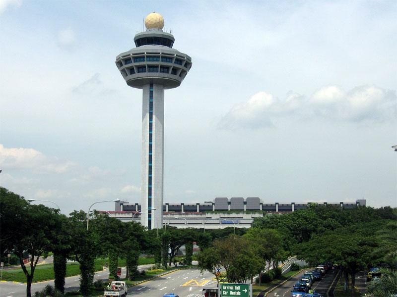 Диспетчерская башня аэропорта Чанги - самый узнаваемый внешний ориентир