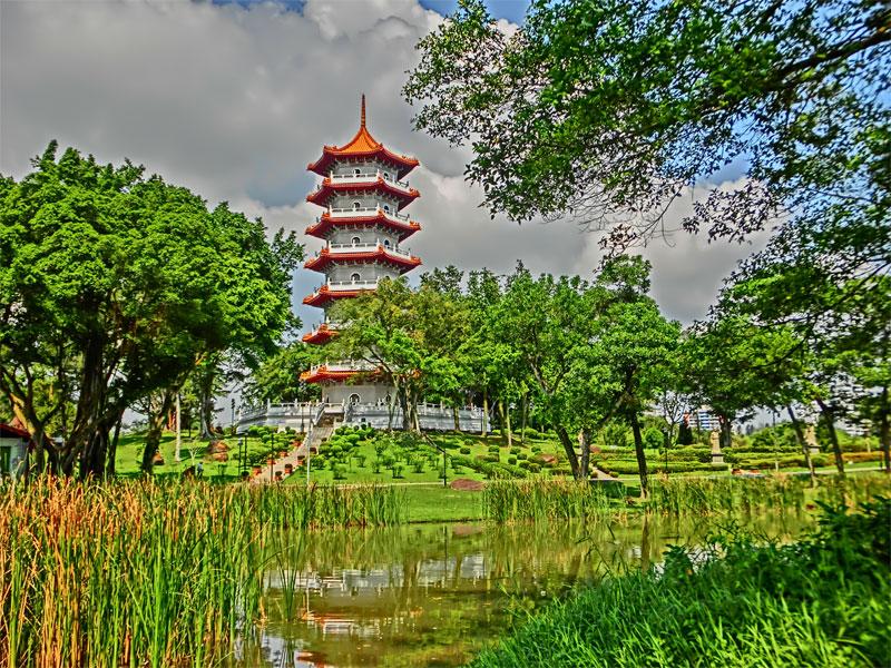 Китайский сад - это кусочек древнего Китая посреди современного Сингапура