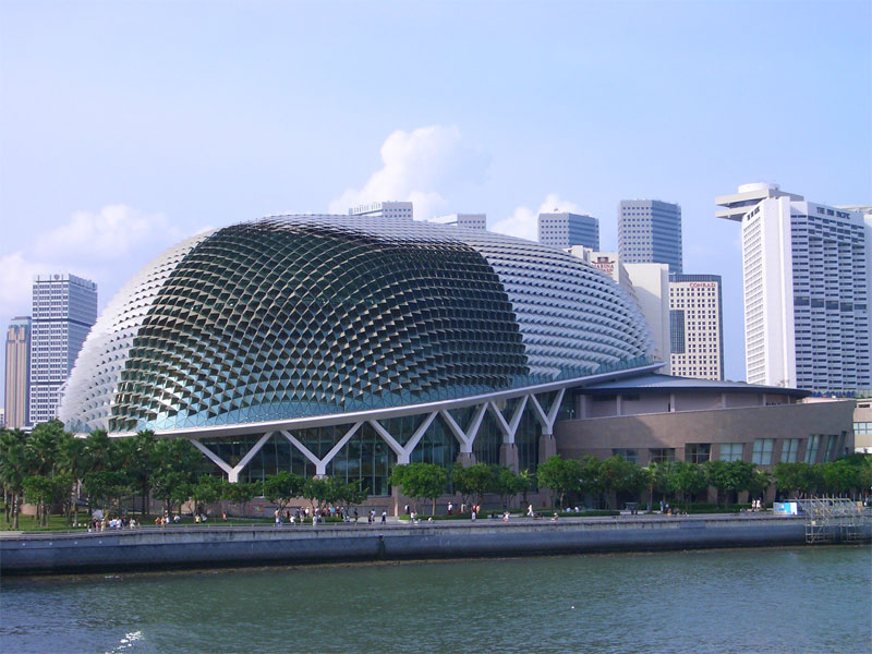 За внешнее сходство с экзотическим фруктом сингапурцы прозвали здание театра Дурианом