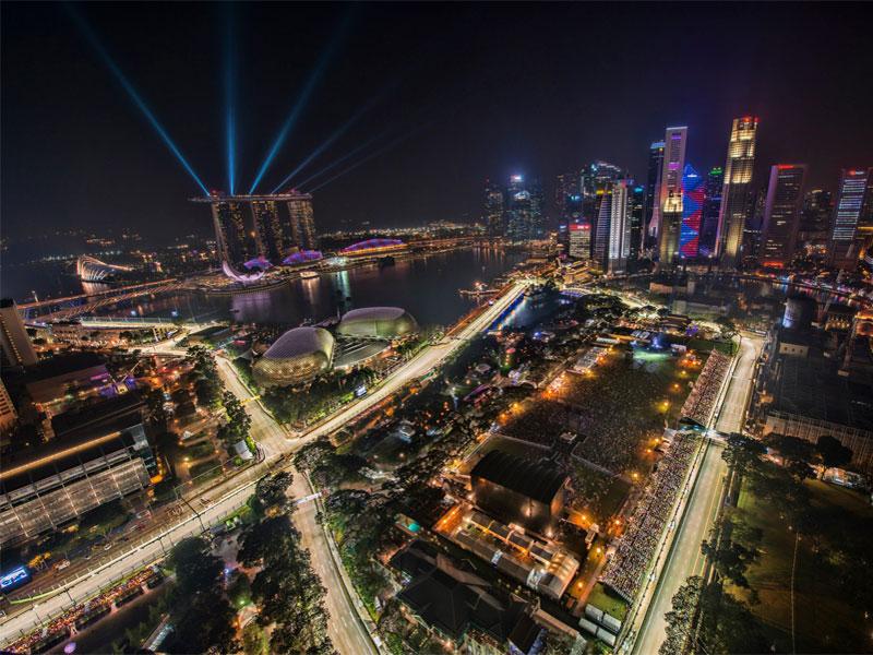 Гонка Формулы-1 в Сингапуре проходит при искусственном освещении