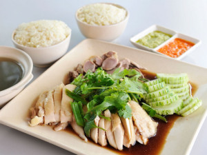Хайнаньский рис с курицей (Hainanese Chicken Rice)