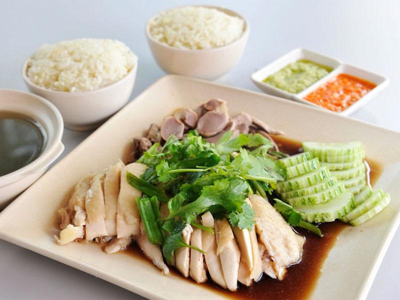 Рис с курицей по-хайнаньски считается в Сингапуре национальным блюдом