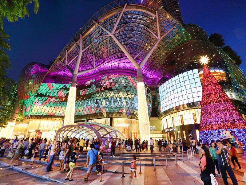 Orchard Road - это 2-километровая улица из огромных торговых центров, бутиков, ресторанов и отелей