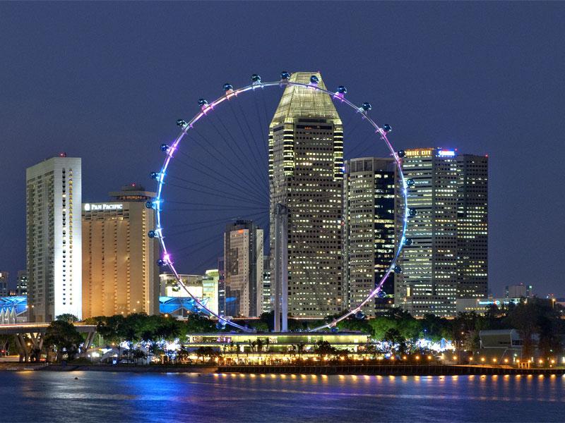 В ночное время колесо обозрения в Сингапуре подсвечивается разноцветными огнями