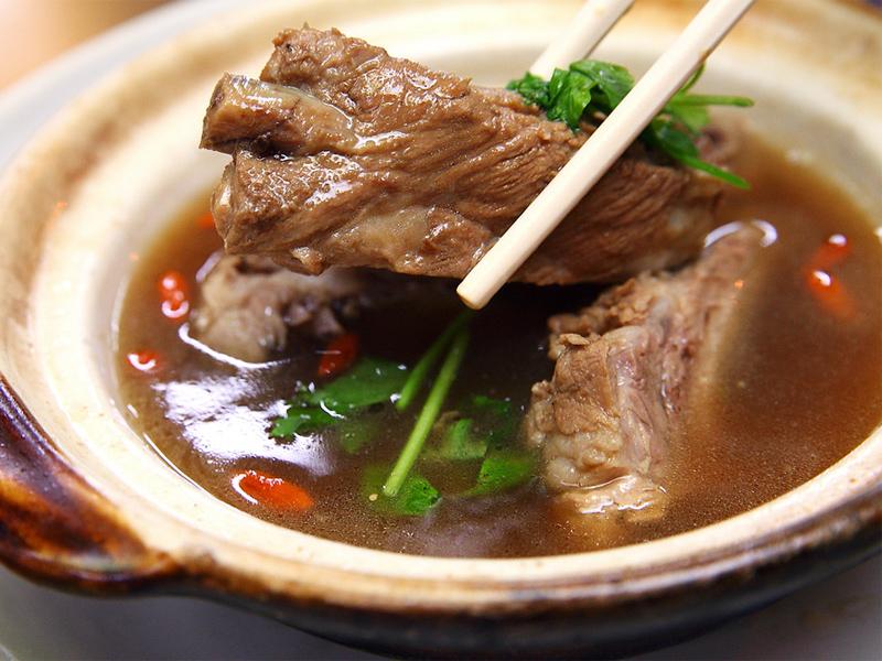 Китайский суп бак кут тех известен только за пределами Китая