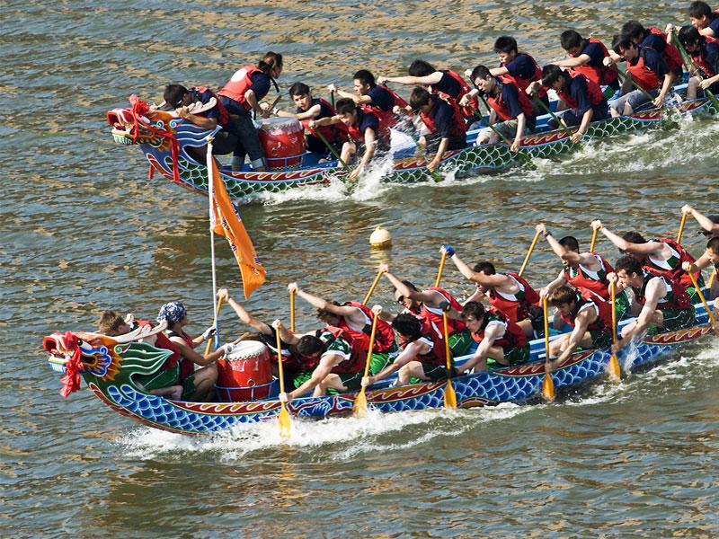 Главное событие праздника - гребная гонка на лодках с головой дракона