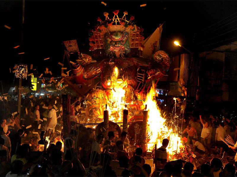Сжигание полезных для умерших предков вещей - главное содержание Фестиваля голодных духов