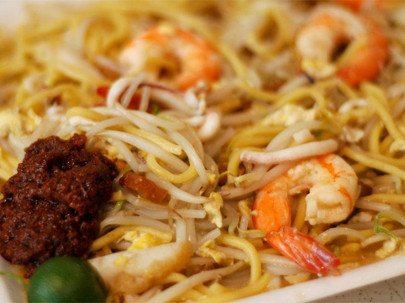 Лапша с креветками обязательно сервируется соусом чили или самбал