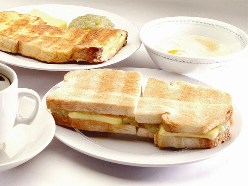Обжаренные тосты с вареньем кая - излюбленная еда для многих сингапурцев