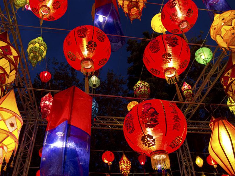 В дни Фестиваля середины осени улицы города украшаются праздничной иллюминацией