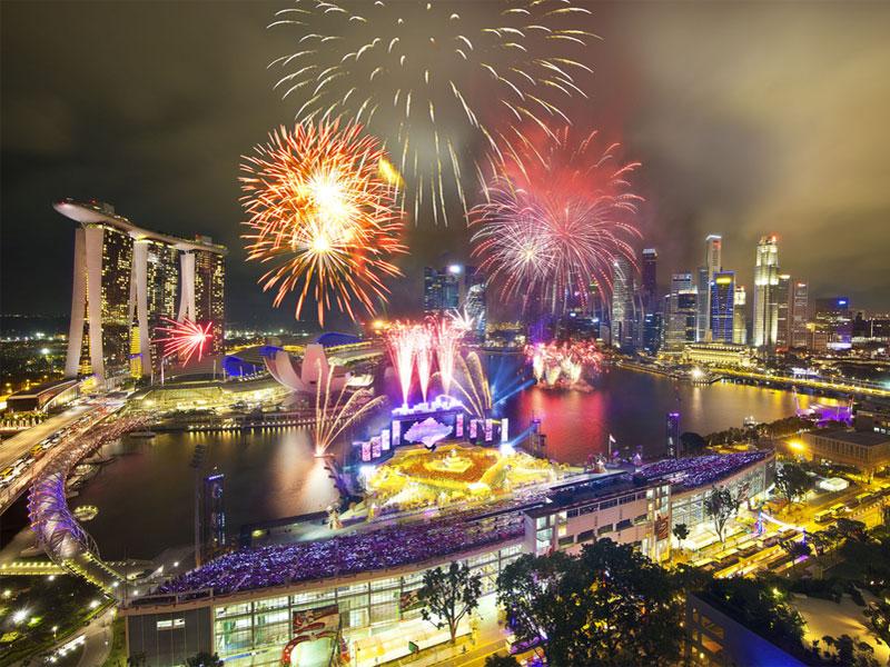 День независимости в Сингапуре всегда сопровождается красочным фейерверком
