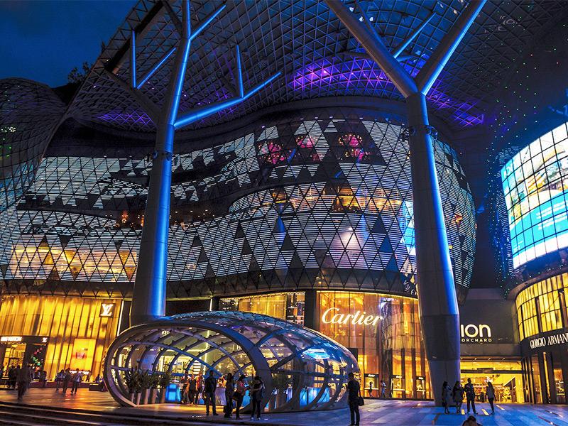 Многих туристов этот город привлекает блеском торговых витрин
