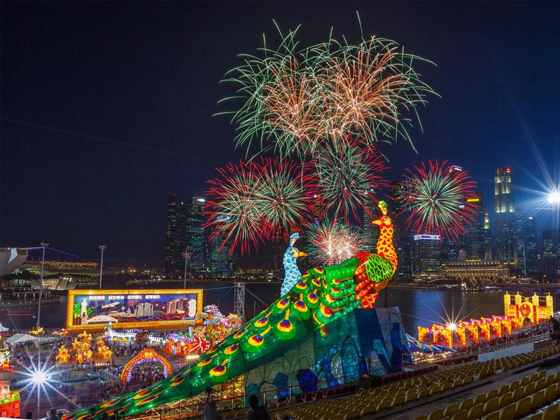 Во время праздничной церемонии в заливе Марина Бэй дважды устраивается фейерверк