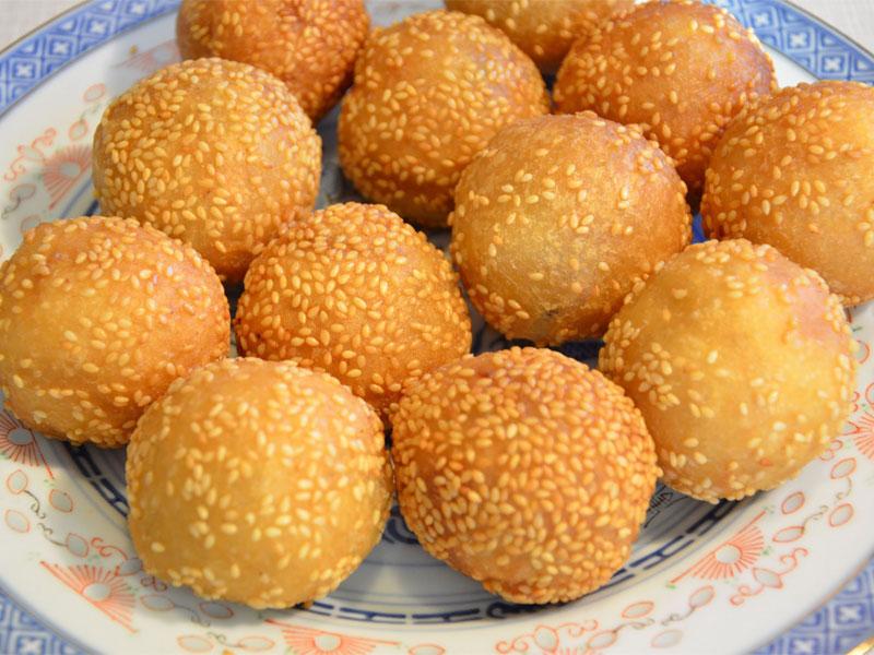 Золотистые кунжутные шарики можно часто встретить в димсам-ресторанах или китайских пекарнях