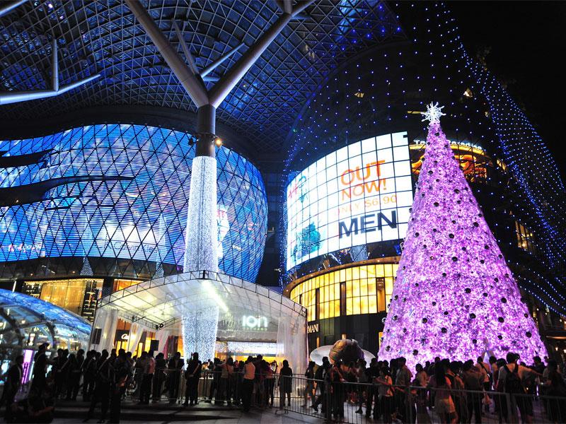 В преддверии Рождества торговые центры украшаются рождественскими огнями и елками