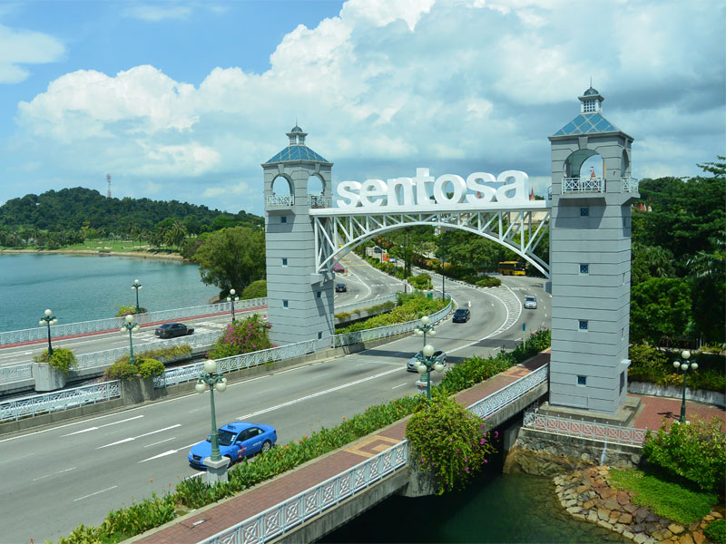 Остров Сентоза соединен с остальным Сингапуром мостом с автомобильной дорогой