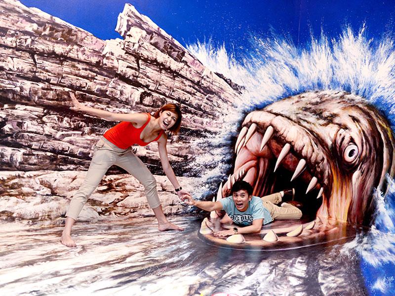 С помощью экспонатов музея иллюзий можно сделать невероятные фотографии