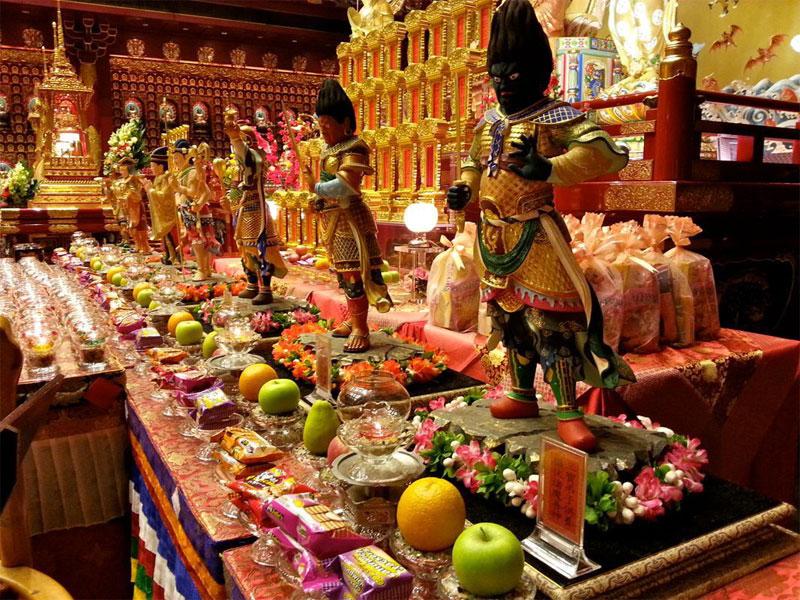 Во время праздника Весак верующие приносят в буддистские храмы различные угощения