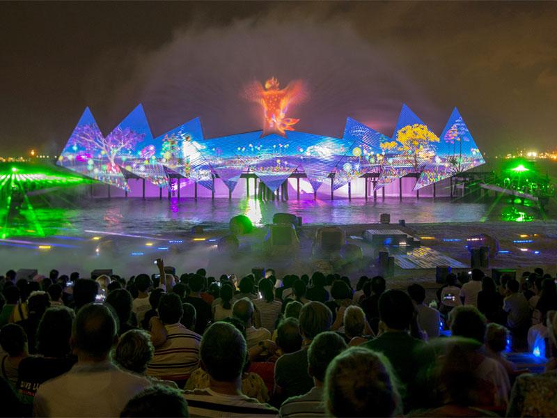 Крылья времени - единственное в мире регулярное ночное шоу со сценой в море