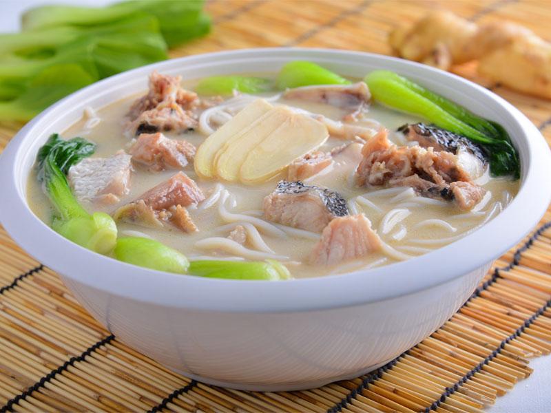 Основные ингредиенты супа би хун - это лапша и рыба
