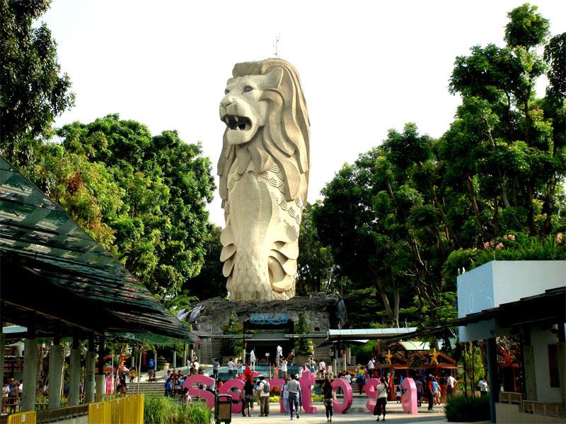 Полулев-полурыба Мерлион считается основным туристическим символом Сингапура