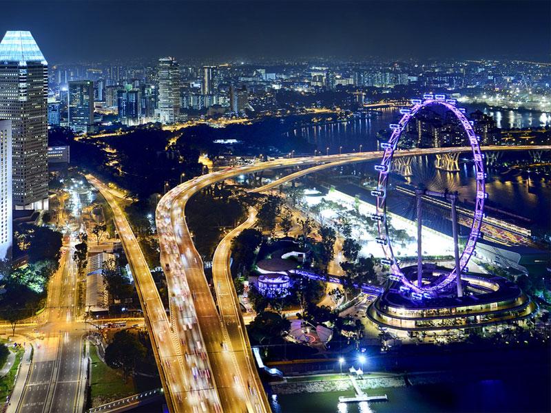 Ночью подсветка делает мост Бенджамина Ширса похожим на яркий огненный поток